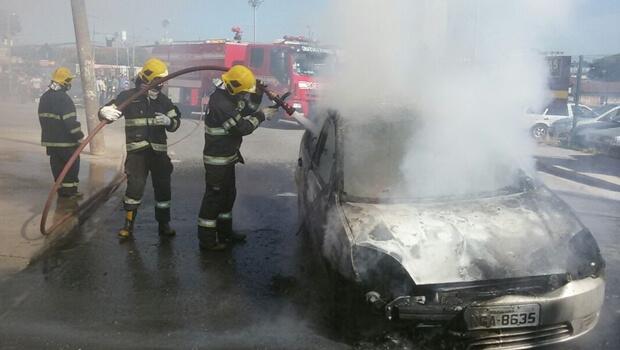 Carro pega fogo no meio da rua e fica completamente destruído