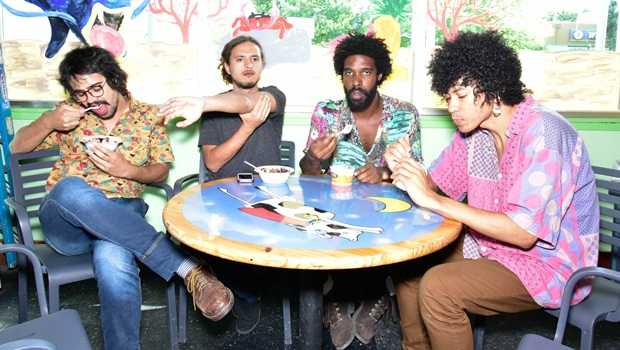 No dia em que começa turnê na América do Norte, Boogarins lança disco surpresa
