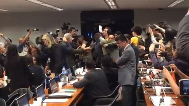 """Manifestantes invadem sessão da CCJ aos gritos de """"Fora, Temer"""". Veja vídeo"""