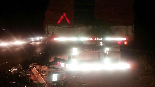 Motociclista morre após bater em caminhão parado na BR-153
