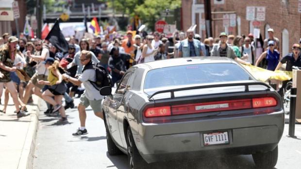 Manifestante morre em confronto entre neonazistas e antirracistas nos EUA