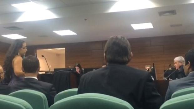 Desembargador de Goiás ameaça deixar audiência por causa de roupa de advogada