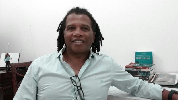 """Laboratório que não fez exame em professor com rastafári diz que cabelo estava """"quebradiço"""""""