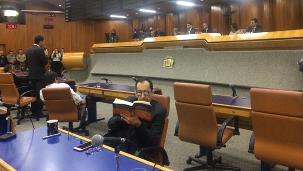 Kajuru protesta durante prestação de contas e ignora Iris lendo livro