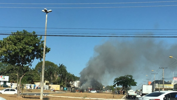 Fogo destrói ônibus no meio de avenida no Parque Amazônia. Veja vídeo