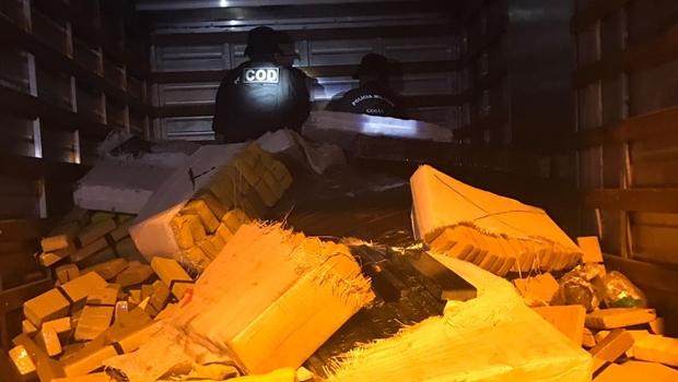 Polícia Militar encontra caminhão carregado com 3 toneladas de maconha