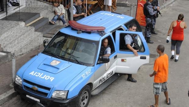Após carro furar bloqueio, polícia atira e mata turista no Rio de Janeiro