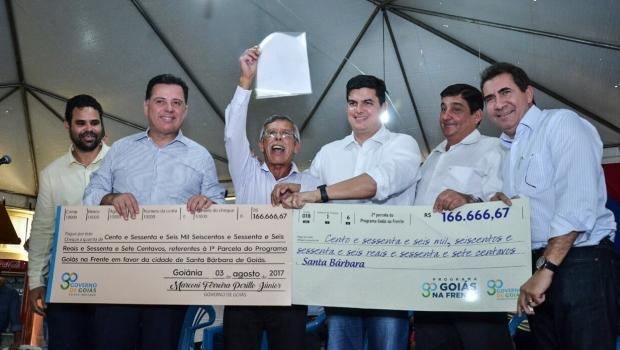 Marconi entrega primeiras parcelas do Goiás na Frente em Santa Bárbara
