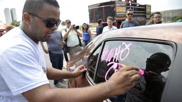 Taxistas e motoristas de aplicativos pressionam por projeto que regulamenta Uber