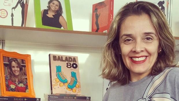 Escritora realiza sessão de autógrafos de livro sobre os anos 1980 em Goiânia