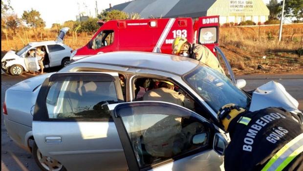 Colisão frontal entre carros em Formosa deixa dois feridos