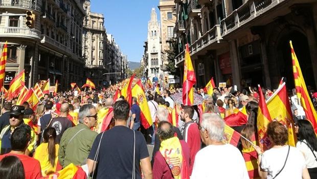 """Milhares de catalães lotam ruas de Barcelona em protesto contra """"golpe de Estado"""""""