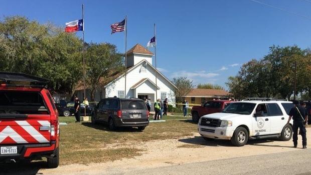Homem abre fogo em igreja no Texas e mata mais de 20 pessoas