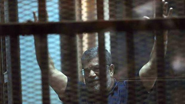 Ex-presidente do Egito é condenado a três anos de prisão por ofender juízes
