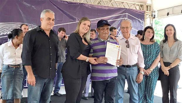 Moradores recebem títulos definitivos de imóveis em Palmas
