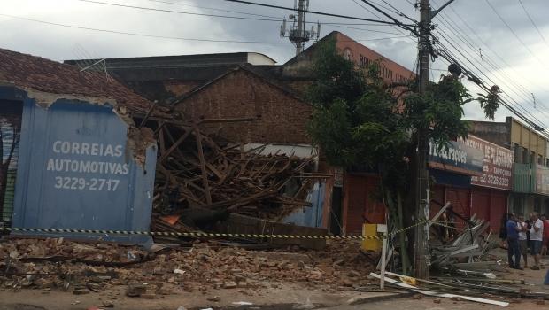 Prédio comercial desaba na Avenida Goiás