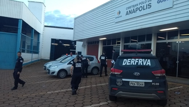 Operação desarticula grupo que fraudava transferências de veículos no Detran Goiás