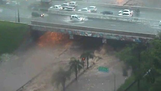 Parte da Marginal Botafogo desaba após chuva em Goiânia