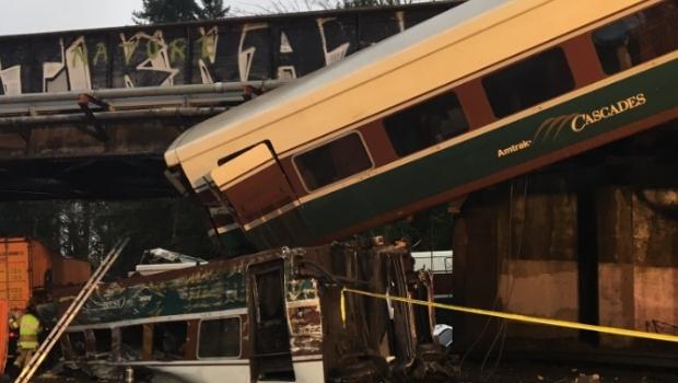 Trem descarrila em ponte no estado de Washington e deixa vários mortos