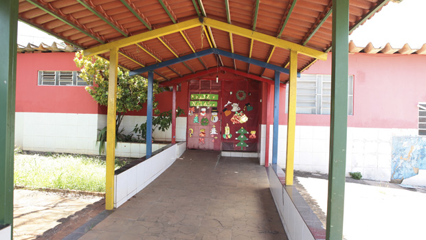 """Funcionários ameaçam """"parar Educação de Goiânia"""" por falta de pagamento"""