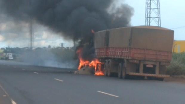 Carreta pega fogo e deixa BR-060 bloqueada em Goiás