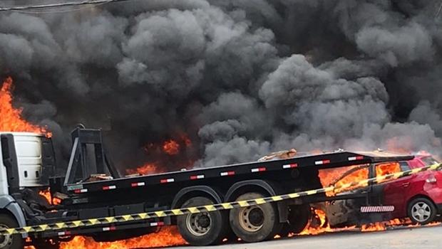 Carro perseguido pela polícia bate em caminhão e pega fogo em Goiânia. Veja vídeo