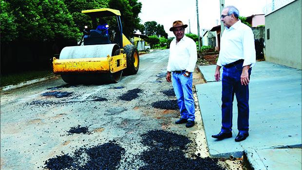 Tapa-buracos, iluminação, roçagem: as equipes da Prefeitura estão firmes pelas ruas de Trindade
