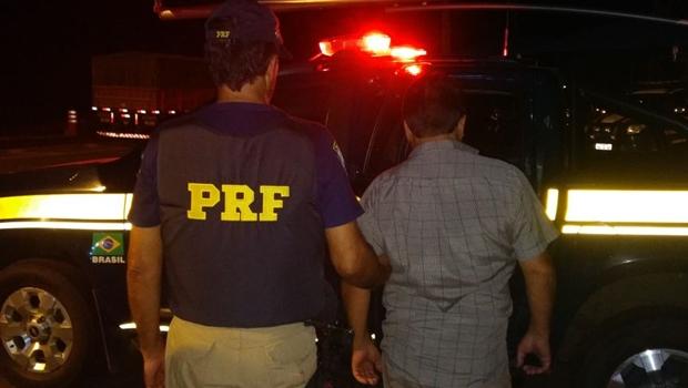 PRF prende motorista bêbado dirigindo carreta com 30 mil kg de soja em Goiás