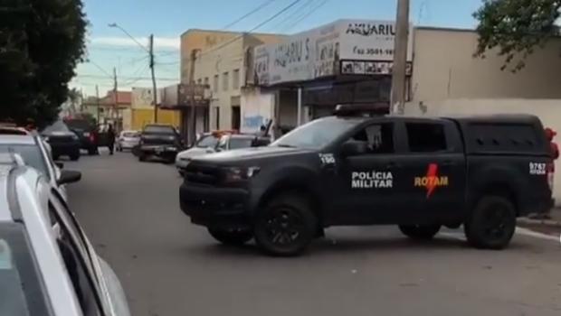 Dupla rouba arma de segurança de shopping e troca tiros com Rotam