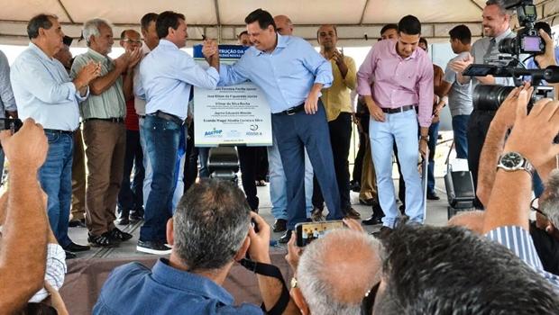 Prefeito comemora assinatura de convênio de R$ 5 milhões do Goiás na Frente