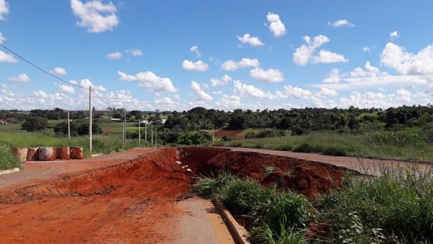 Erosão toma conta de rua e preocupa moradores do Jardim São José I