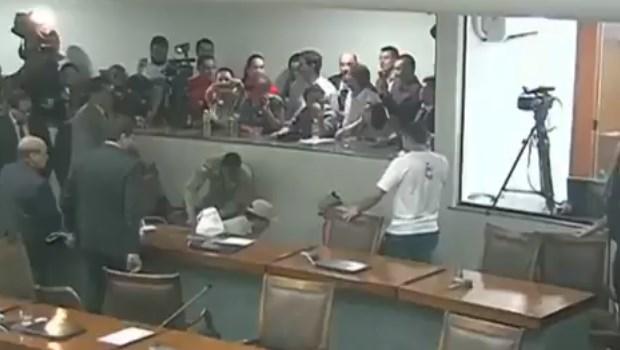 Deputado desmaia no meio da sessão e é socorrido por colegas. Veja vídeo