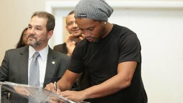 Depois de negar interesse, Ronaldinho Gaúcho se filia ao PRB do DF