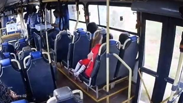 Adolescente assalta ônibus e atira contra passageiros em Goiás