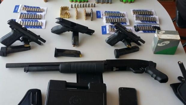 Universitário é preso em flagrante com arsenal de armas de fogo em casa