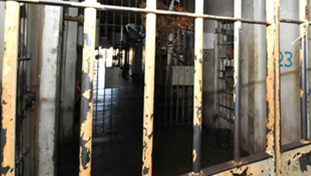 Detentos quebram cela e fogem pelo teto em presídio de Cristalina