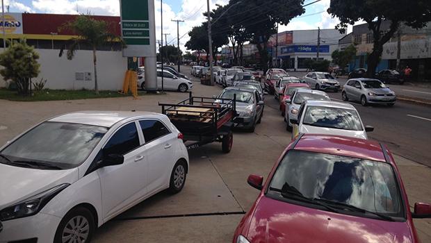 Motoristas fazem filas em postos de Goiânia que ainda possuem combustível