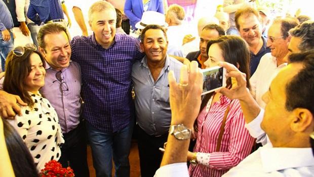 José Eliton entrega benefícios e recebe título de cidadão de Jaupaci