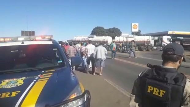 Caminhoneiros bloqueiam ao menos três rodovias em Goiás