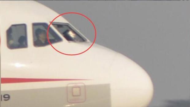 Janela de avião quebra em pleno voo e copiloto é parcialmente sugado para fora