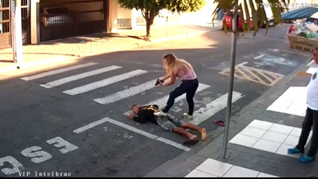 Mãe PM reage a assalto e mata ladrão em frente a escola