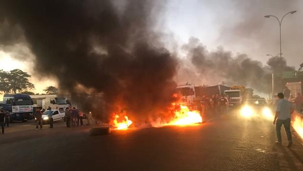Bloqueios em rodovias de Goiás seguem pelo 3º dia em 24 pontos