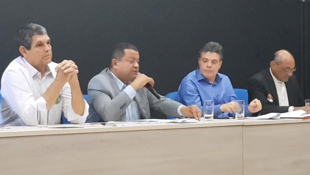 Ausências e nanico com proposta aloprada marcam primeiro debate