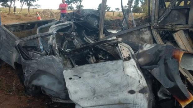 Motorista morre carbonizado após bater contra um ônibus em Goiás