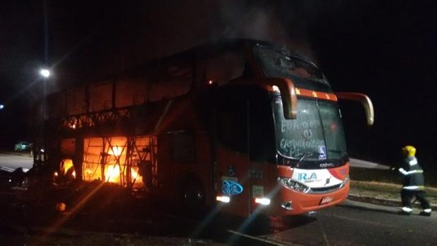 Ônibus de turismo pega fogo na BR-153, em Porangatu
