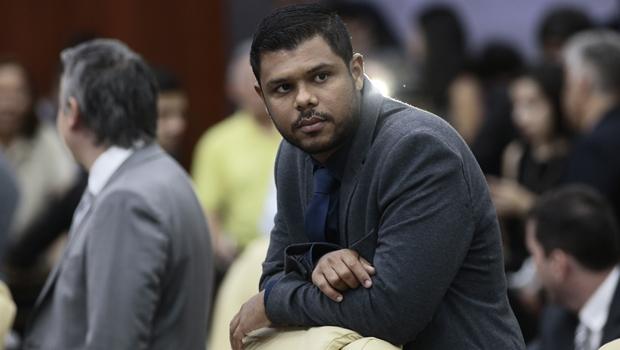 Câmeras de segurança registraram ofensas raciais a Romário Policarpo e suspeito foi identificado