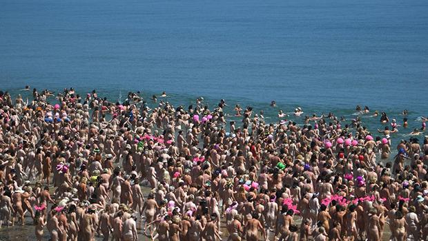 Para bater recorde, 2.505 mulheres nuas tomam banho de mar na Irlanda