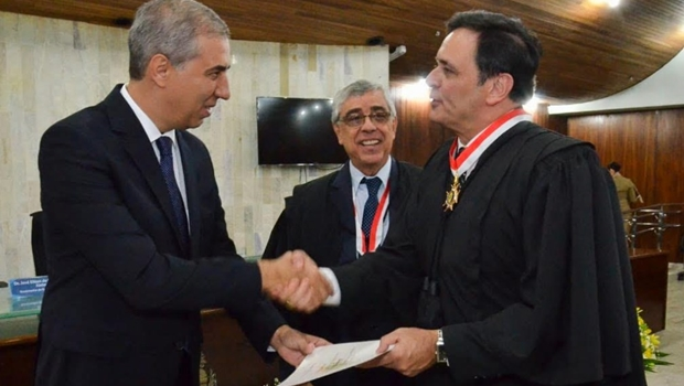 "Guilherme Gutemberg toma posse como desembargador e enaltece ""senso de justiça"" de José Eliton"