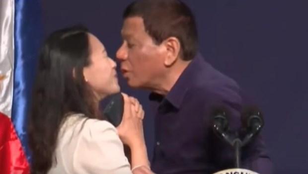 Presidente das Filipinas causa polêmica ao beijar servidora na boca em evento. Veja vídeo