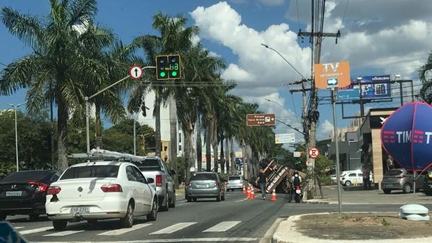 Caminhão tomba na Avenida 85 e deixa trânsito lento